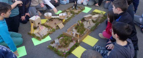 """Les élèves des classes CM1 et CM2 ont réalisé les maquettes d'aménagement de l'espace """"terrain de camping"""" lors du deuxième atelier le vendredi 5 mars. Un dernier atelier se tiendra le vendredi 22 mars pour déterminer l'objet du chantier."""